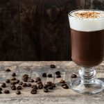 Irish Coffee mit Espresso, Whiskey und Sahnecreme