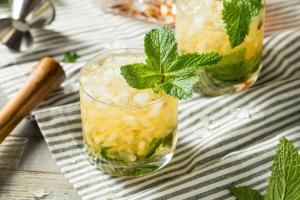 "Alkoholischer Cocktail ""Mint Julep"" mit Bourbon Whiskey"