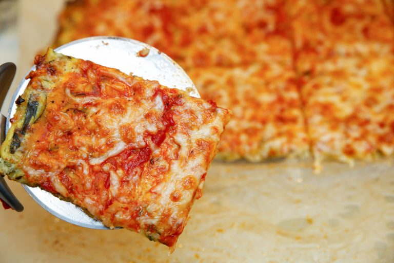 Low Carb Zucchinipizza mit Tomatensauce - Low Carb Pizza