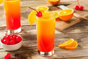 Tequila Sunrise Cocktail mit Orangensaft und Grenadine Sirup